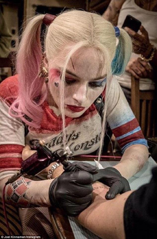 Margot Robbie impegnata nella realizzazione di un tatuaggio sul set di Suicide Squad