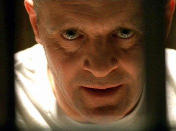 Un intenso primo piano di Anthony Hopkins in una scena de IL SILENZIO DEGLI INNOCENTI