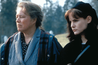 Dolorese Claiborne: Kathy Bates e Jennifer Jason Leigh in una scena