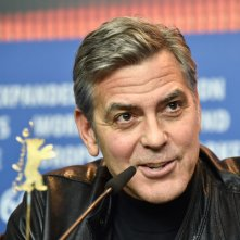 Ave, Cesare: un bel primo piano di George Clooney in conferenza a Berlino