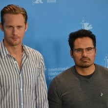 Berlino 2016: Michael Peña e Alexander Skarsgård posano per i fotografi al photocall di War On Everyone