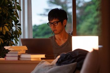 While the Women are Sleeping: Hidetoshi Nishijima in una scena
