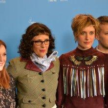 Berlino 2016: Rebecca Miller, Greta Gerwig, Julianne Moore e il produttore Damon Cardasis al photocall di Maggie's Plan
