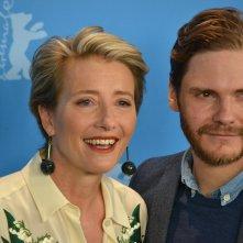 Berlino 2016: Emma Thompson e Daniel Brühl in uno scatto al photocall di Alone in Berlin