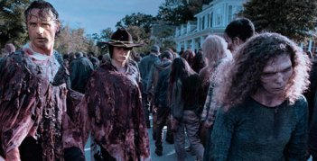 The Walking Dead: Rick e Carl camminano tra i walker in No Way Out