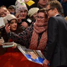 Berlino 2016: Colin Firth Firma autografi sul red carpet di Genius