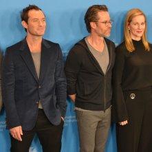 Berlino 2016: Jude Law, Laura Linney, Guy Pearce, Colin Firth, John Logan al photocall di Genius