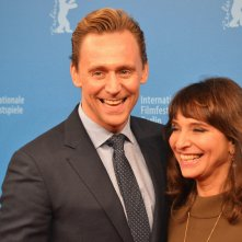 Berlino 2016: Tom Hiddleston e Susanne Bier in uno scatto sul red carpet di The Night Manager