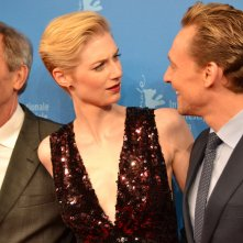 Berlino 2016: Elizabeth Debicki, Tom Hiddleston, Hugh Laurie sul red carpet di The Night Manager