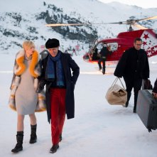 The Night Manager: Elizabeth Debicki e Hugh Laurie in una foto della serie