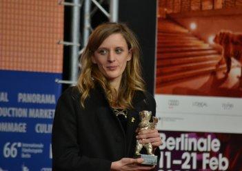 Berlino 2016: Mia Hansen-Løve mostra il premio alla conferenza dei premiati