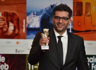 Berlino 2016: Danis Tanović mostra il premio alla conferenza dei premiati