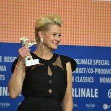 Berlino 2016: Trine Dyrholm mostra il premio alla conferenza dei premiati