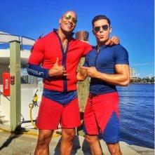 Baywatch: Zac Efron e Dwayne Johnson sul set in tenuta da bagnini