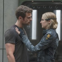 The Divergent Series: Allegiant, Shailene Woodley e Theo James in una scena del film