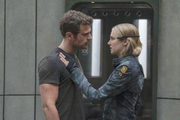 The Divergent Series: Allegiant, Shailene Woodley e Theo James in una scena del film