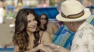 Forever Young: Sabrina Ferilli e (di spalle) Fabrizio Bentivoglio in una scena del film