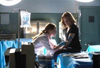 X-Files: le attrici Lauren Ambrose e Gillian Anderson in Ossessione