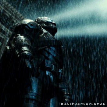 Batman v Superman: Dawn of Justice - Batman guarda minaccioso verso il cielo