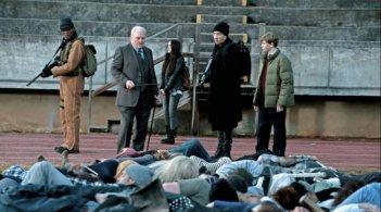 Cell: John Cusack, Samuel L. Jackson, Owen Teague e Isabelle Fuhrman di fronte a un mucchio di cadaveri