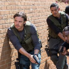 Codice 999: Casey Affleck e Anthony Mackie in una scena del film