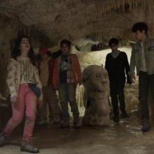 Grotto: Gabriele Fiore, Iris Caporuscio, Leonardo Similaro, Samuele Biscossi e Christian Roberto insieme a Grotto in una scena del film