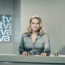La comune: Trine Dyrholm in una scena in cui conduce il telegiornale
