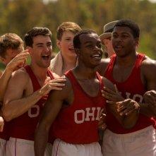 Race - Il colore della vittoria: Stephan James festeggiato dai compagni di squadra in una scena del film