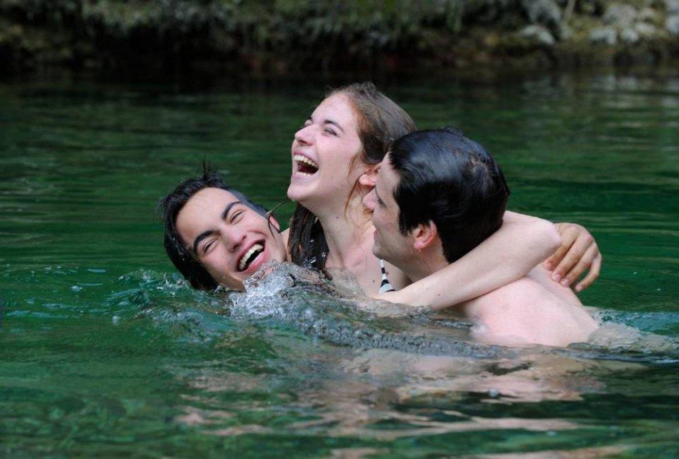 Un bacio: Rimau Grillo Ritzberger, Valentina Romani e Leonardo Pazzagli insieme in acqua in una scena del film