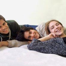 Un bacio: Rimau Grillo Ritzberger, Valentina Romani e Leonardo Pazzagli sorridenti in un'immagine promozionale del film