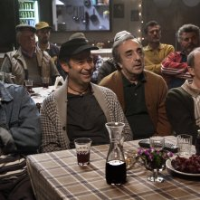 Un paese quasi perfetto: Silvio Orlando, Fabio Volo, Carlo Buccirosso e Nando Paone in una scena del film