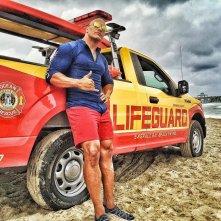 Baywatch: Dwayne Johnson in posa davanti a un mezzo di soccorso