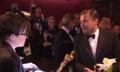 Oscar 2016: Leonardo DiCaprio verifica il suo nome sulla statuetta