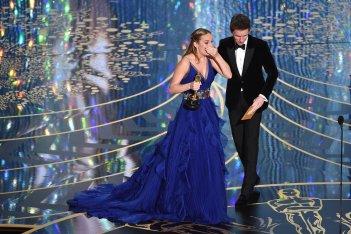 Oscar 2016: Brie Larson premiata da Eddie Redmayne