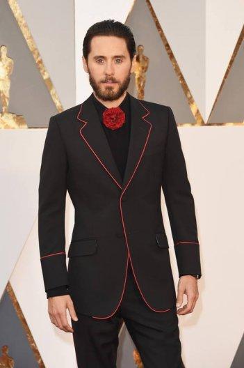 Jared Leto con un abito stravagante dei suoi: Oscar 2016