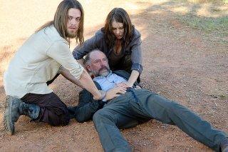 The Walking Dead: Lauren Cohan e Tom Payne in una foto della puntata I nodi si sciolgono