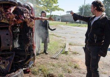 The Walking Dead: Tom Payne e Andrew Lincoln in I nodi si sciolgono