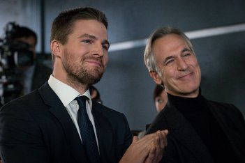 Arrow: Stephen Amell e Tom Amandes nell'episodio Unchained