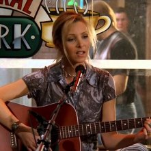 Friends: Lisa Kudrow/ Phoebe Buffay si esibisce al Central Perk