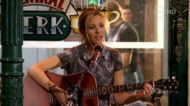 Friends: Lisa Kudrow/ Phoebe Buffay si esibisce al Central Perk