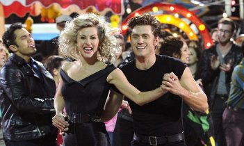 Grease Live!: Julianne Hough e Aaron Tveit in una scena del film