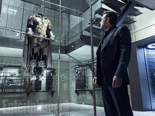 Batman v Superman: Bruce Wayne (Ben Affleck) si ferma a osservare un dettaglio