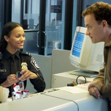 The Terminal: una scena con Zoe Saldana e Tom Hanks