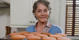 The Walking Dead: Melissa McBride è Carol mentre sforna i suoi famosi biscotti in Not Tomorrow Yet