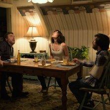 10 Cloverfield Lane: John Gallagher Jr., Mary Elizabeth Winstead e John Goodman in una scena del film