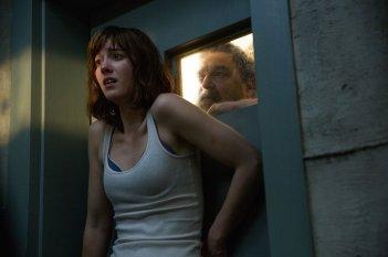 10 Cloverfield Lane: Mary Elizabeth Winstead e John Goodman in una scena del film