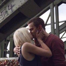 Autobahn - Fuori controllo: Nicholas Hoult e Felicity Jones si baciano in una scena del film