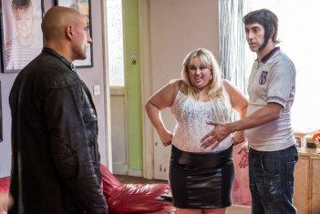 Grimsby - Attenti a quell'altro: Sacha Baron Cohen, Mark Strong e Rebel Wilson in un momento del film