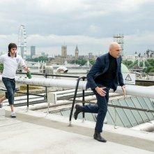 Grimsby - Attenti a quell'altro: Sacha Baron Cohen e Mark Strong in una scena del film
