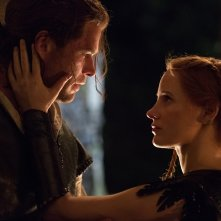 Il cacciatore e la regina di ghiaccio: Chris Hemsworth e Jessica Chastain in una scena del film